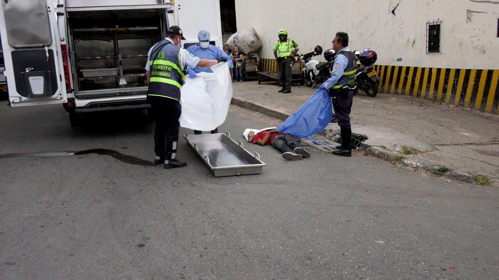Un camión arrolló a un habitante de calle y su conductor no se detuvo