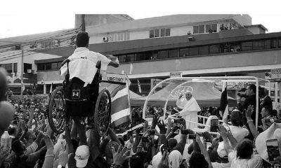 En la fotografía se ve al Pontífice saludando y al chico de 17 años identificado como Lucas inundando de alegría por lo sucedido.