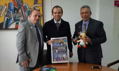 """Durante la reunión, que se cumplió en la sede de la entidad en Bogotá, el máximo dirigente del deporte nacional conoció a """"Cachita"""", la mascota oficial de los dos eventos"""