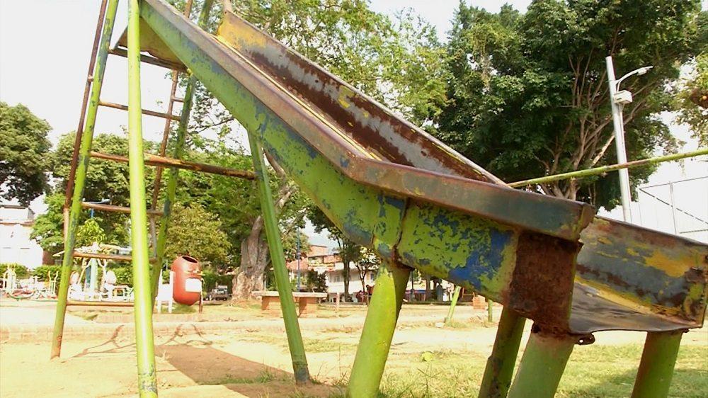 Habitantes del barrio Los Canelos en Bucaramanga expresaron su temor por el pésimo estado en el que se encuentran los juegos infantiles del sector.