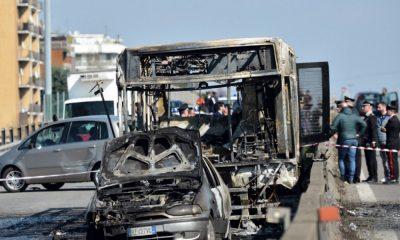 51 estudiantes que fueron tomados como rehenes y amenazados en un autobús cerca de Milán por su conductor, se salvaron de morir gracias a la actuación de la policía italiana.